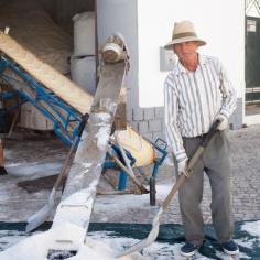 Das geschöpfte Salz wird zunächst über ein Laufband in einen großen Lagerraum gebracht.