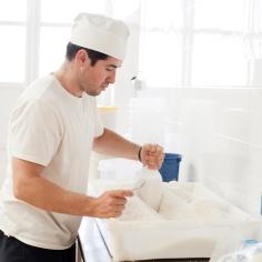 Das Salz wird in Tüten gefüllt und zum Verkauf vorbereitet.